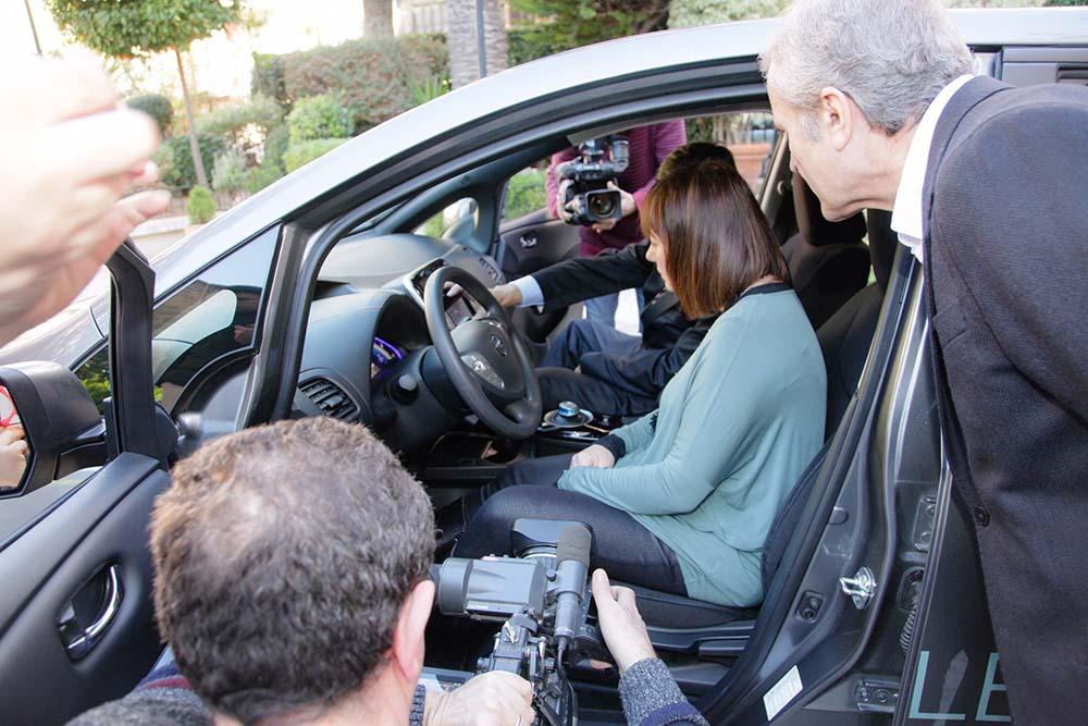 Francina Armengol en uno de los  Leaf cedidos por Nissan