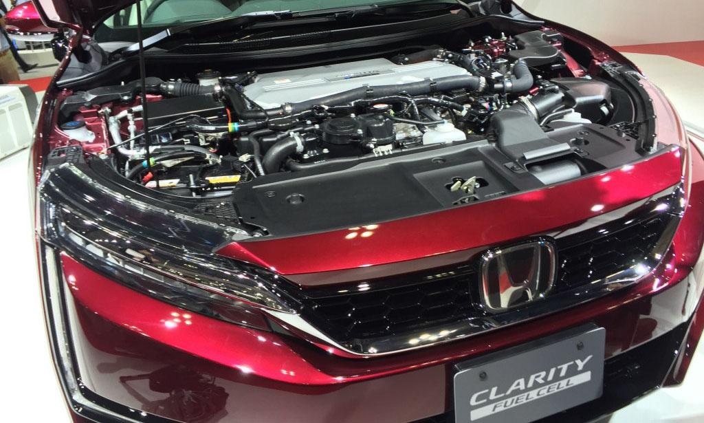 Sistema de propulsión del Clarity Fuel Cell bajo el capó delantero