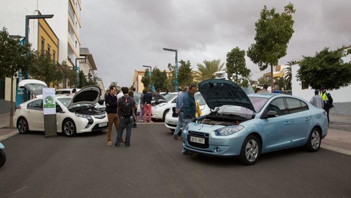 Exposición de coches eléctricos en la calle Virgen del Rosario junto al Cabildo