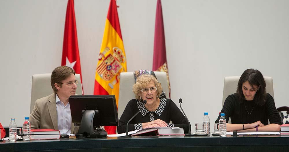 La alcaldesa Manuela Carmena ha presidido el Pleno para la decisión de los autobuses eléctricos en 2017