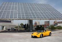Tesla Roadster en una instalación de recarga solar