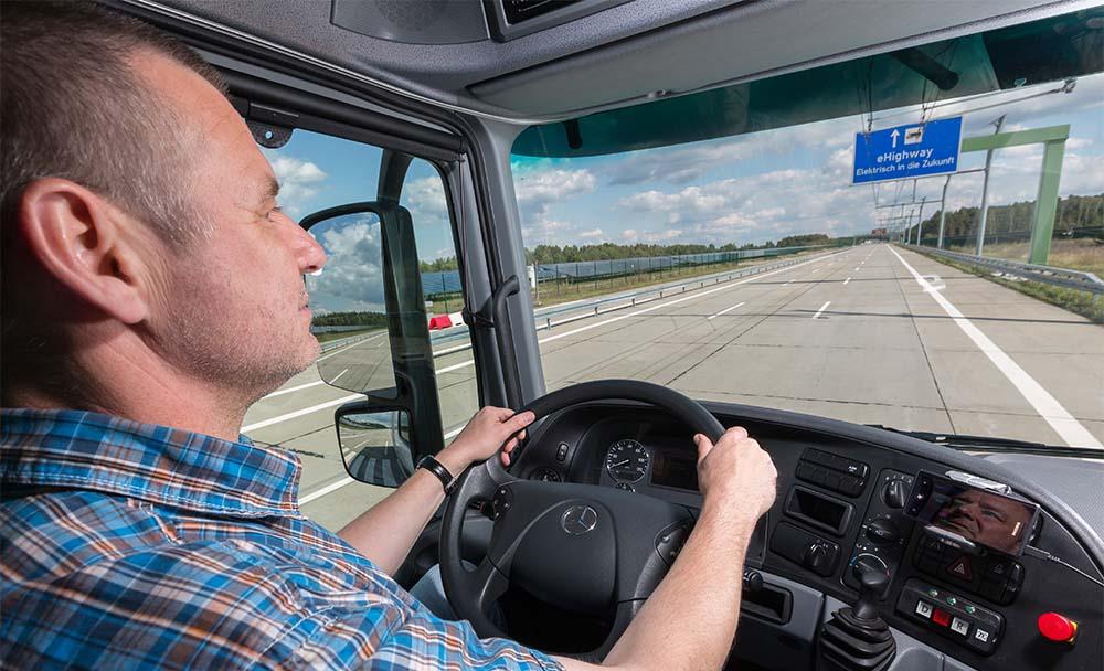 Cabina camión Mercedes-Benz en la eHighway de Suecia