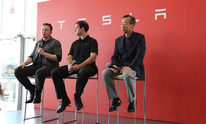 Elon Musk y JB Straubel de Tesla y Yoshihiko Yamada de Panasonic