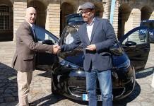 El director del vehículo eléctrico Renault Iberia, Luis Valerio y el alcalde de Santiago de Compostela Martiño Noriega
