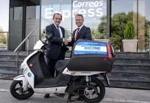 Manuel Molins, director general de Correos Express (izquierda) y Robain de Jong, CEO de EcoScooting (derecha).