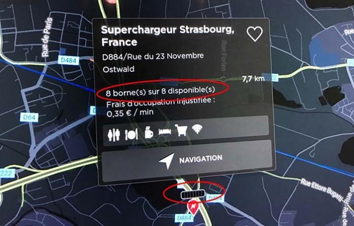 Información sobre la ocupación de los supercargadores en la pantalla de un Tesla (modo nocturno)