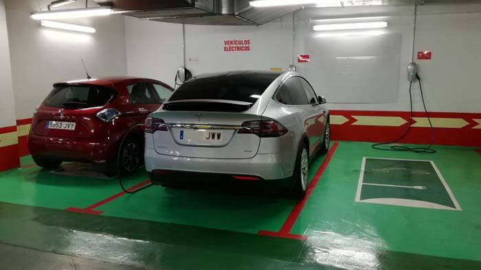 Puntos de recarga de Tesla en el Corte Inglés de San Chinarro de Madrid