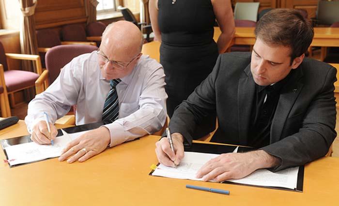 Firma del acuerdo entre JB Straubell y Jeff Dahn