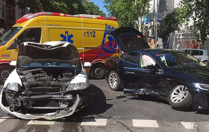 Los dos coches parecen prácticamente destrozados