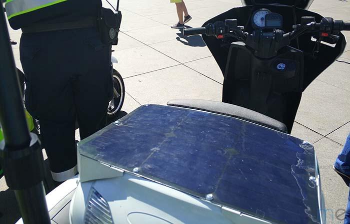 Las motos incorporan un panel solar sobre el cofre