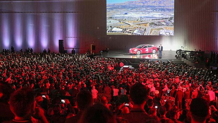 La fiesta de entrega de las primeras unidades del Tesla Model 3 a los empleados