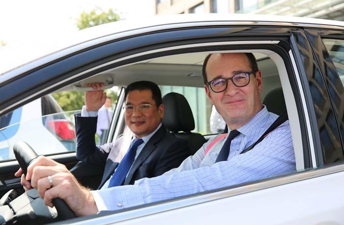 Jin Zheyong de Anhui Zotye Automobile y Peter Fleet de Ford Motor Company
