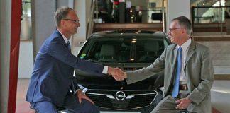 Michael Lohscheller, CEO de Opel Vauxhall y Carlos Tavares, presidente del Grupo PSA