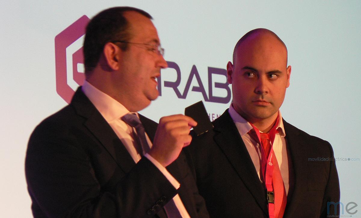 Martín Martínez CEO de Graphenano con un prototipo de bateria de grafeno