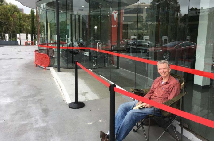 Andreas Stephens en la cola de la tienda de Tesla motors en Sídney