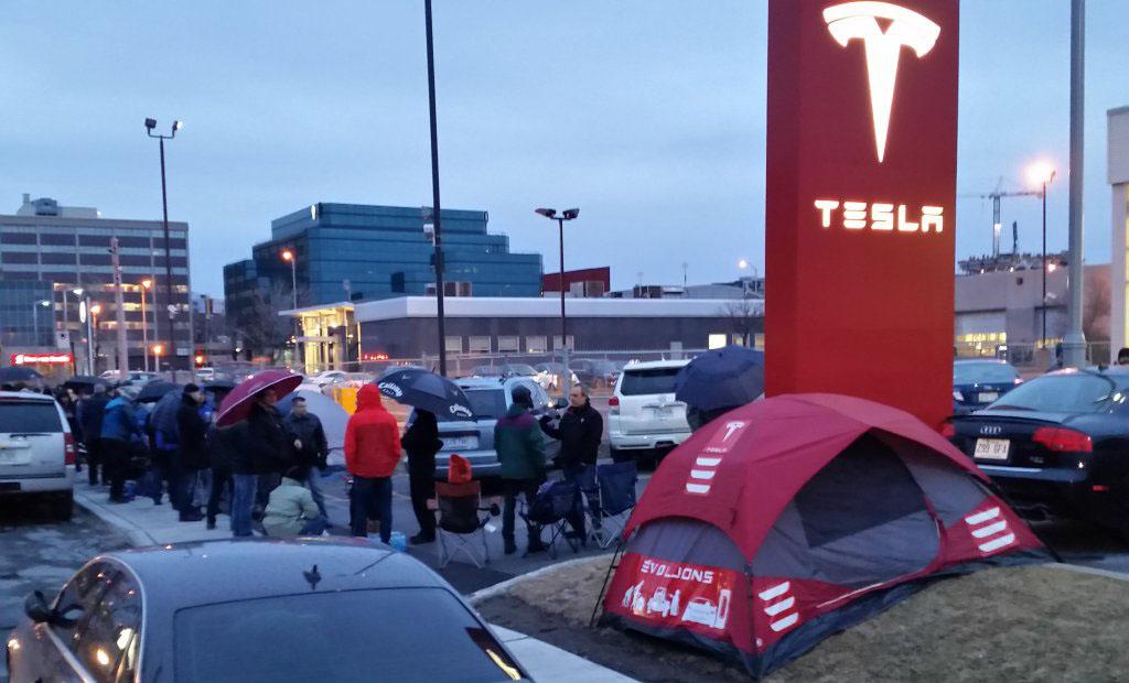 Colas para la reserva de un Tesla Model 3