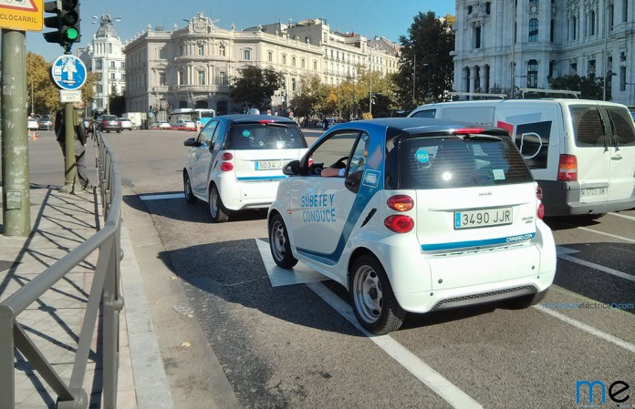 Dos Smart FortTwo ED en la Plaza de Cibeles de Madrid