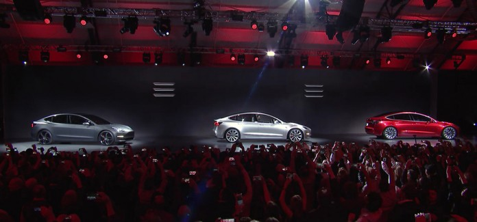 Tweets de Elon Musk anunciando la tercera parte de la presentación del Tesla Model 3