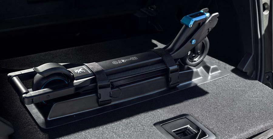 Patinete eKick recargando en el maletero del Peugeot 3008