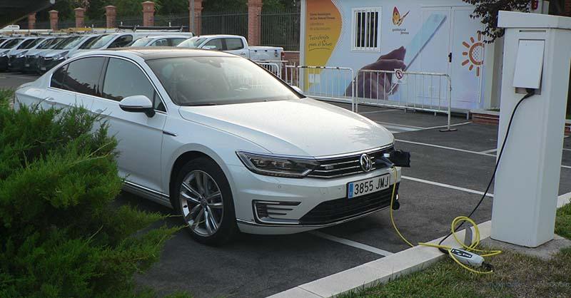 Volkswagen Passat GTE recargando