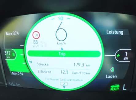Cuadro de instrumentos del Opel Ampera-e mostrando datgos intermedios del viaje