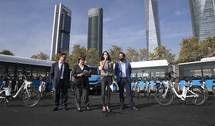Inés Sabanés, Rita Maestre, Álvaro Fernández de Herediaen el anuncio de que el servicio de BiciMAD será gestionado por la EMT