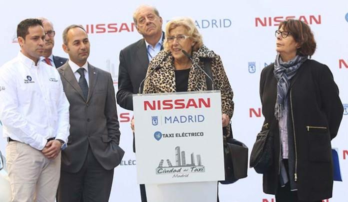 Manuela Carmena, alcaldesa de Madrid en la entrega de los 25 nuevos taxis eléctricos en Madrid