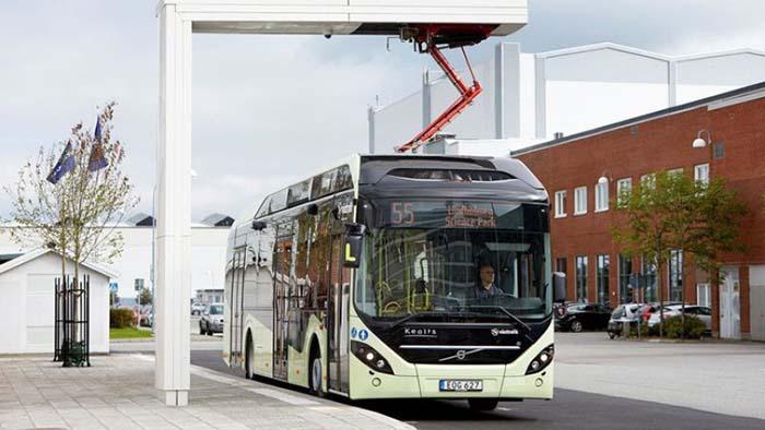 Autobús Volvo recargando en una estación OppCharge de ABB