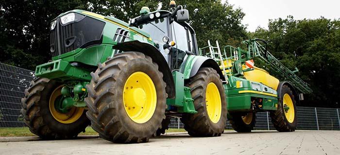 Tractor eléctrico de John Deere y maquinaria