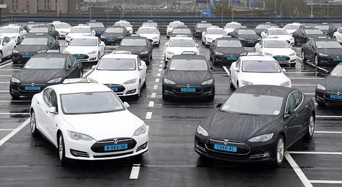 Tesla Model S taxi del aeropuerto de Schiphol en Ámsterdam