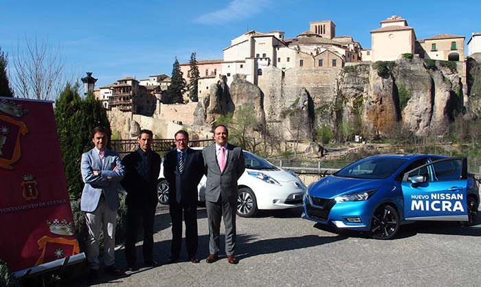 Representantes de Nissan y el Ayuntamiento de Cuenca durante el acto de entrega
