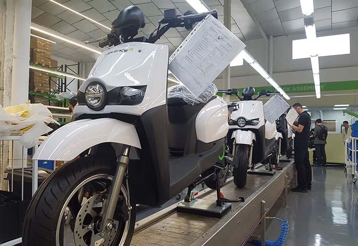 Línea de producción de scooters Silence en la nueva fábrica de baterías de Scutum