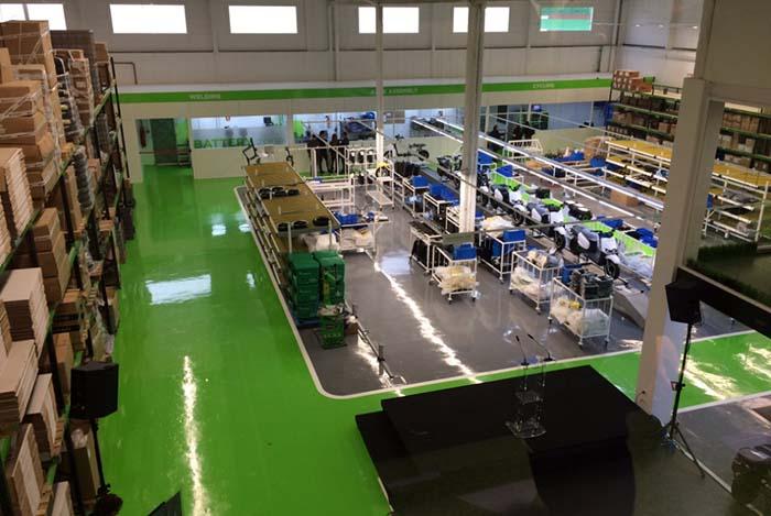 Vista de la sala de producción desde sl showroom de la nueva fábrica de Scutum