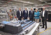 Angela Merkel pone la primera piedra de la fábrica de baterías de Daimler