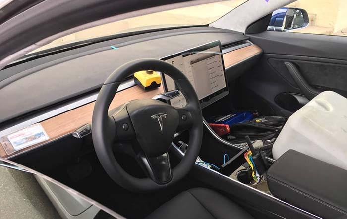 Interior del Tesla Model 3. Puesto de conducción