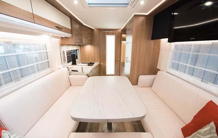 Interior de la autocaravana solar de Dethleffs