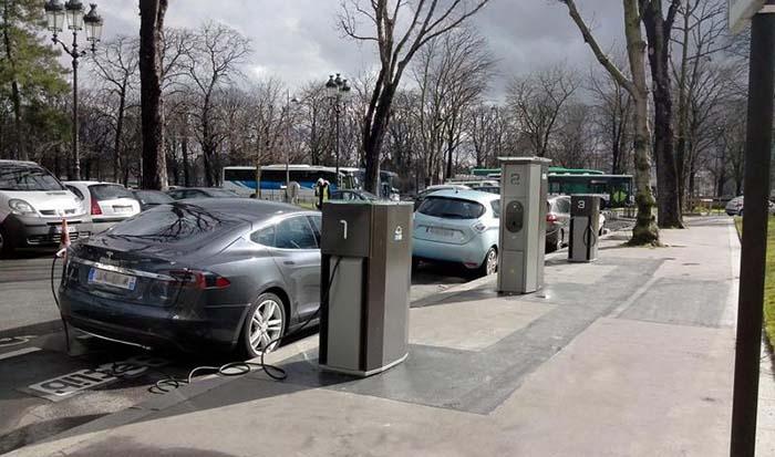 Recarga de coches eléctricos en las calles de París