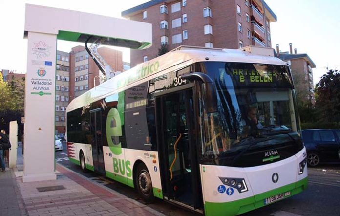 Recarga mediante pantógrafo en la línea electrificada de Valladolid formada por cinco autobuses eléctricos de autonomía extendida