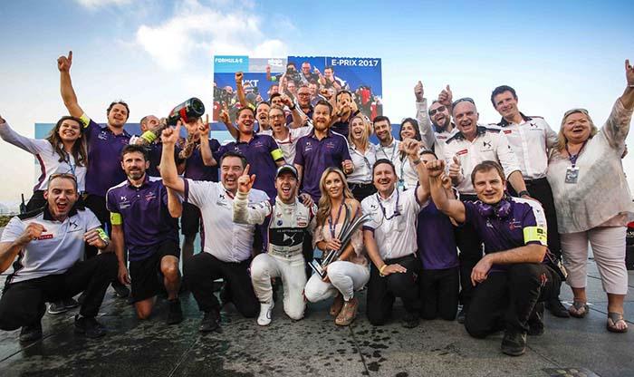 El equipo DS VIRGIN RACING celebrando victoria de Sam Bird en el Hong Kong e-Prix (carrera sábado 2-12)