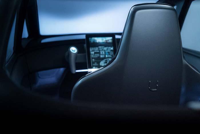 En su interior el manejo del vehículo podrá realizarse utilizando un volante tradicional o mediante un doble joystick