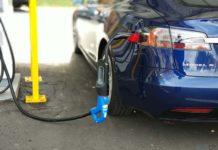 Tesla Model S 75 D recargando con el adaptador CHAdeMO