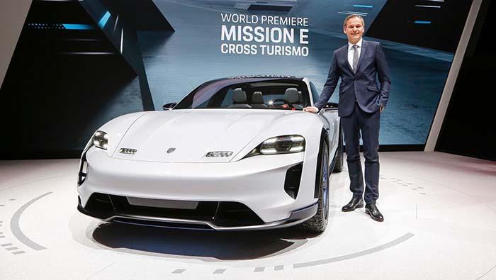 Oliver Blume, Presidente de Porsche, junto al Mission E Cross Turismo en Ginebra