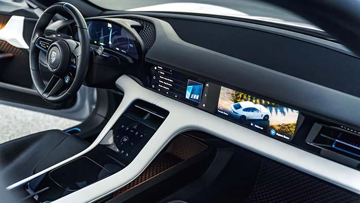 Pantalla de funcionamiento táctil y con control de seguimiento de la vista del Porsche Mission E Cross Turismo