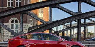Model 3 en el Puente de Europa