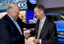Dr. Herbert Diess, CEO de Volkswagen. y Jim Hackett, CEO de Ford