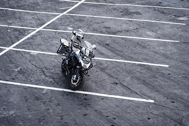 La BMW R 1200 GS es capaz de acelerar, maniobrar en curva, frenar y acabar deteniéndose