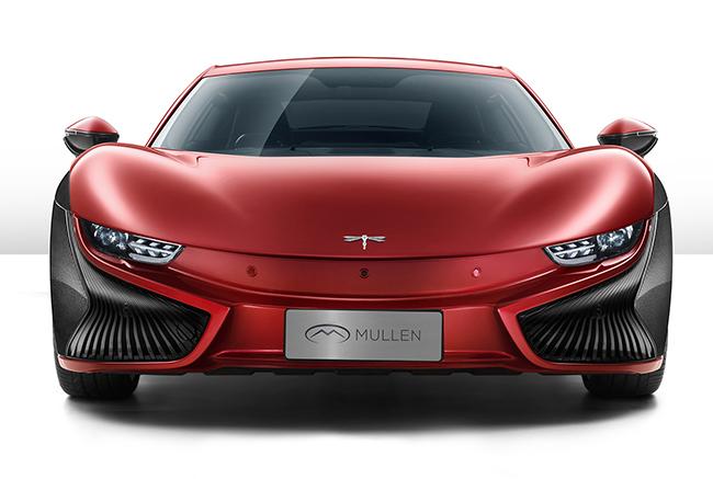 La libélula, emblema de la marca, apoya la sensación de ligereza del vehículo.