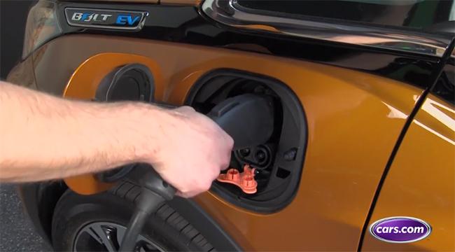 """Una e las cinco maneras con que cars.com dice que se puede ayudar al planeta es """"pasándose al eléctrico""""."""