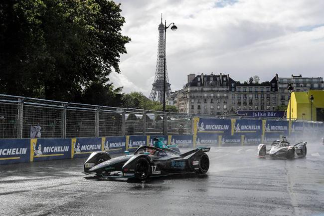 Lluvia, granizo..., un día muy difícil para correr por las calles de París