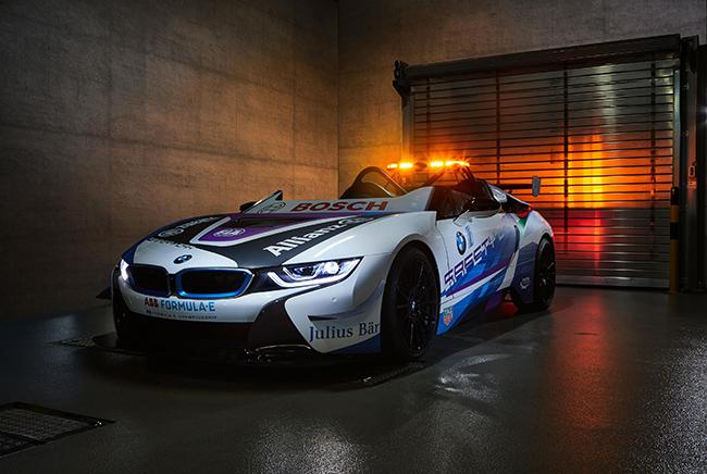 Aprovechando la novena carrera de la Fórmula E en Mónaco, BMW presento su nuevo i8 Roadster Safety Car.